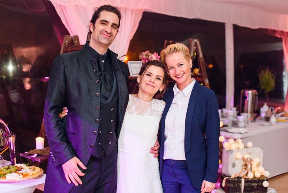 wedding planner z zadowoloną Parą Młodą
